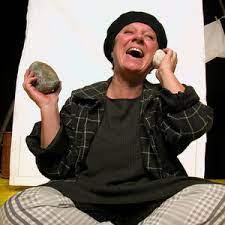 Ketty Grunchi in una scena di un suo spettacolo ascolta le pietre e sorride